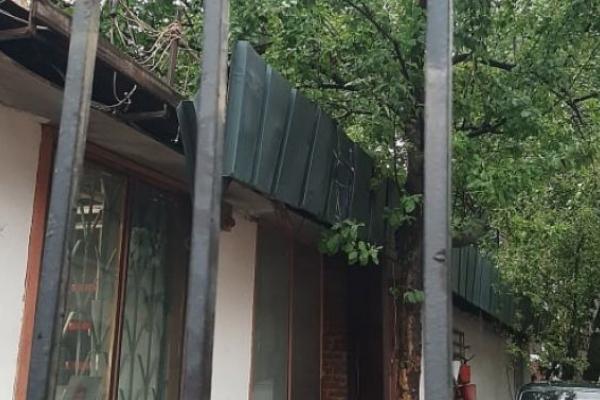 У Львові розрізали металеву огорожу, щоб звільнити собаку