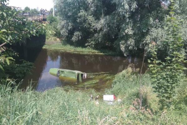 На Львівщині легковик скоїв наїзд на пішохода і впав у річку. Є жертви (Фото)