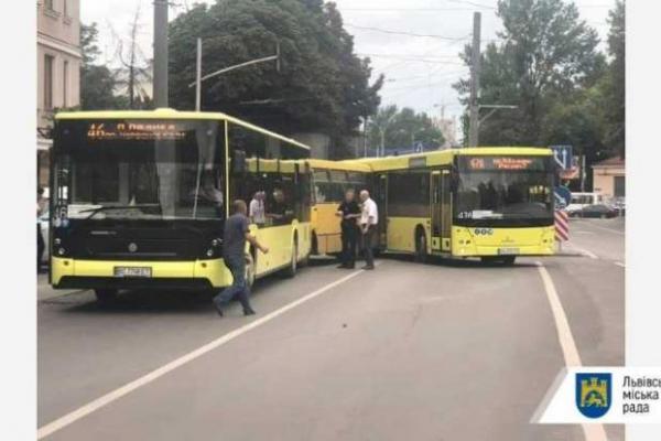 У Львові сталась ДТП за участі трьох маршруток: подробиці