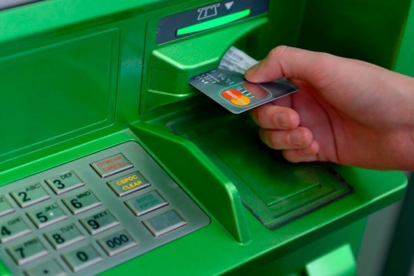 У Львові банкомат ПриватБанку видав жінці фальшиві купюри