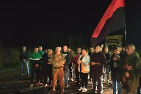 Львівщина на колінах зустріла загиблого на Донбасі земляка (Фото)