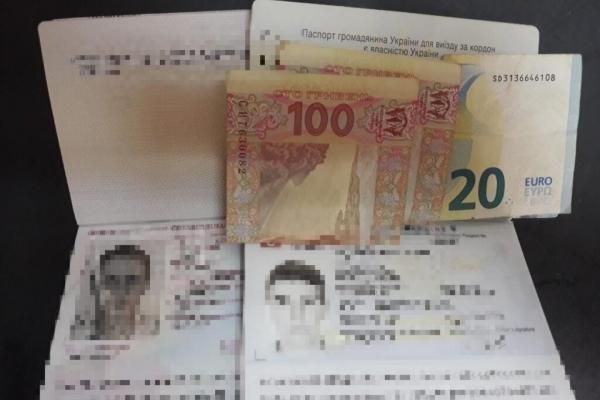 На кордоні українка пропонувала хабар за чоловіка-іноземця (Фото)