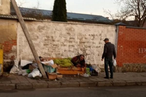 У Львові серед вулиці оселився 40-річний чоловік (Фото)