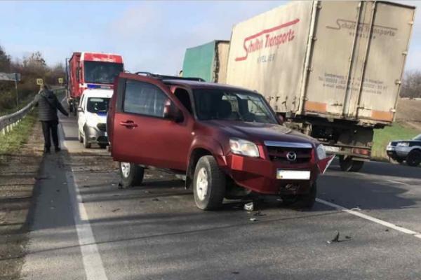 Водій вантажівки «Вольво» скоїв зіткнення з автомобілем «Мазда» і втік з місця події