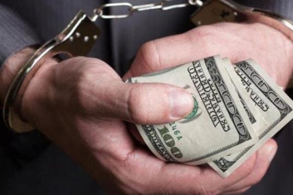 На «хабарі» 3 000 доларів США викрито працівника суду