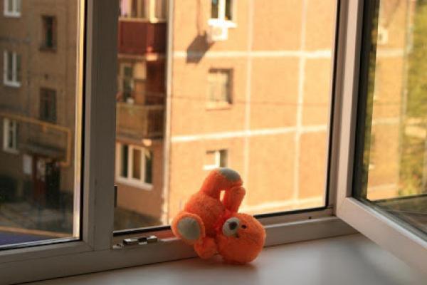У Львові дворічна дівчинка випала з вікна четвертого поверху