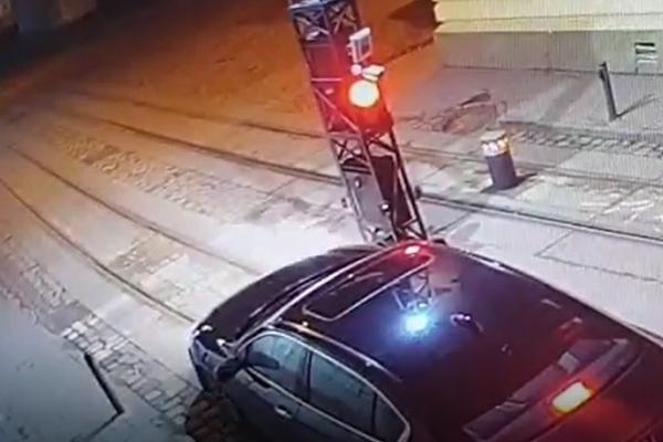 У Львові водій наїхав на болард і втік з місця пригоди