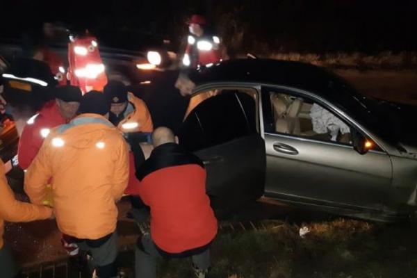 20-річна водійка за кермом Мерседеса увігналася в бетонну опору залізничного мосту