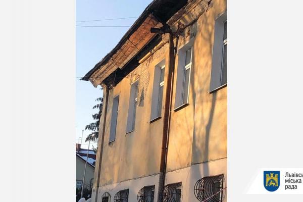 Львів: у будинку, де стався зсув даху, розміщена початкова школа