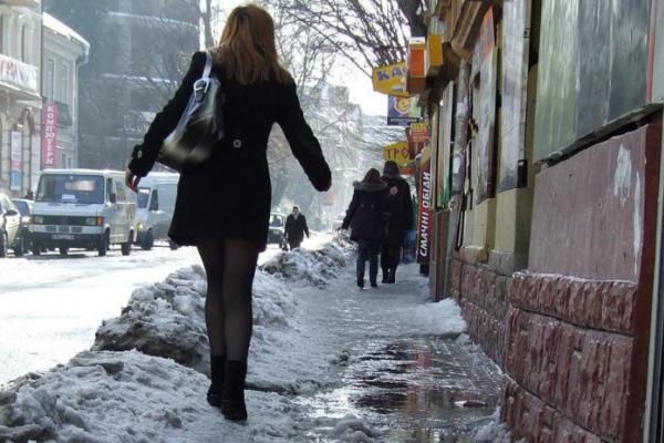 У Львові снігова брила впала на молоду жінку