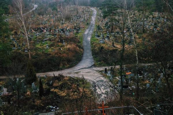 У Львові виявили вибухівку на міському кладовищі