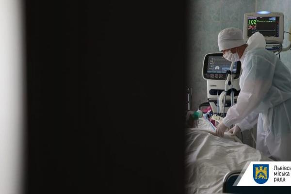 Львівські лікарі просять продовжити карантин і посилити контроль за його виконанням