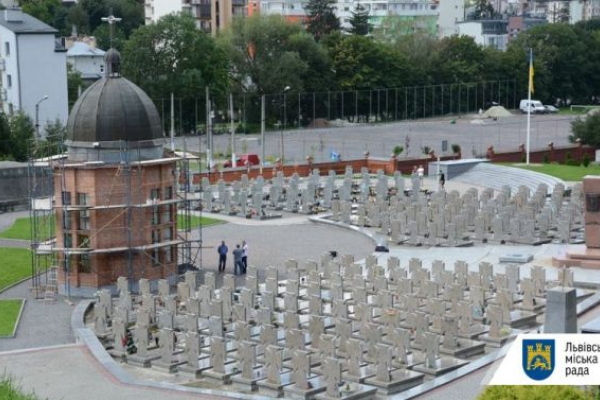 У Львові на Личаківському кладовищі затримано крадійку квітів з могил