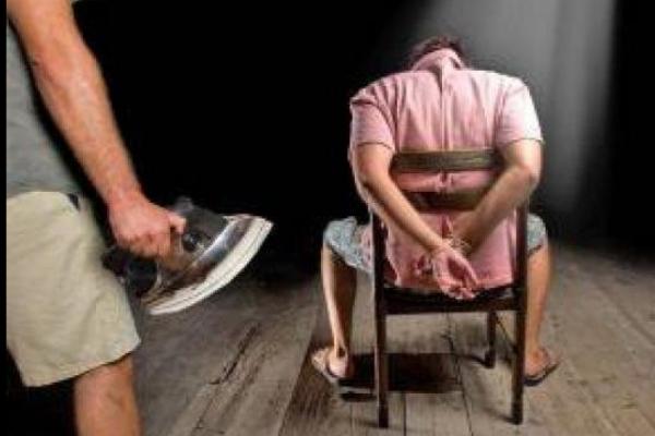 Катування праскою та погрози пістолетом: за жорстоке пограбування засудили трьох жителів Львівщини