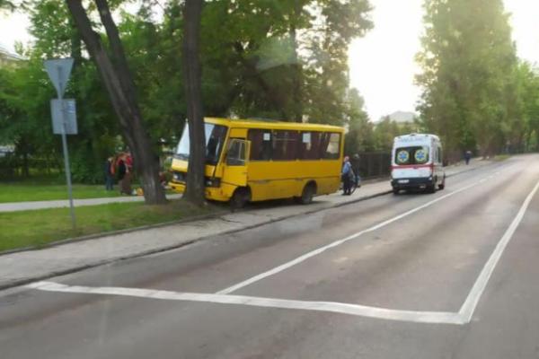 У Львові маршрутка влетіла в дерево