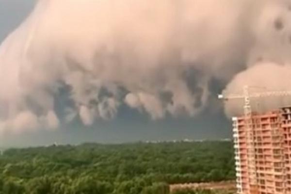 Рідкісне явище: Львів накрила унікальна хмара «грозовий комір» (Відео)
