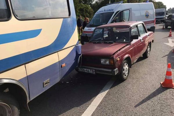 У Львові зіткнулись ВАЗ та маршрутка, один з водіїв загинув