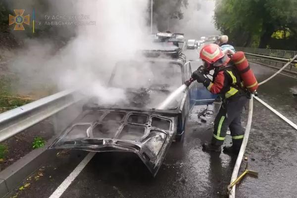 Біля Львова вщент згорів автомобіль