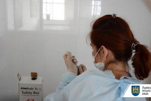 Назвали 12 шкіл, де сьогодні зможуть вакцинуватися педагоги Львова