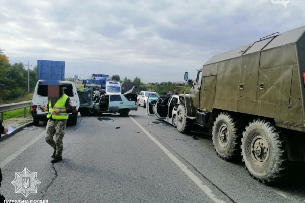 Біля Львова зіткнулися зразу чотири авто