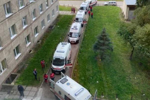 У Львові утворилась черга швидких до лікарні швидкої меддопомоги