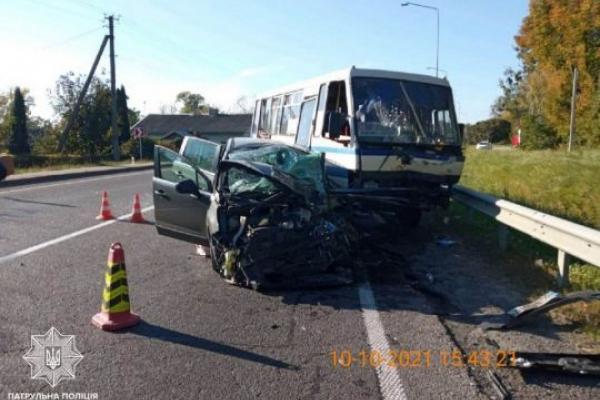 На Львівщині іномарка протаранила автобус